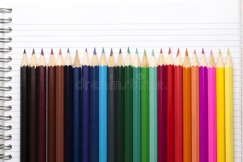 Kleurenpotloden en Blocnoteboek royalty-vrije stock afbeelding