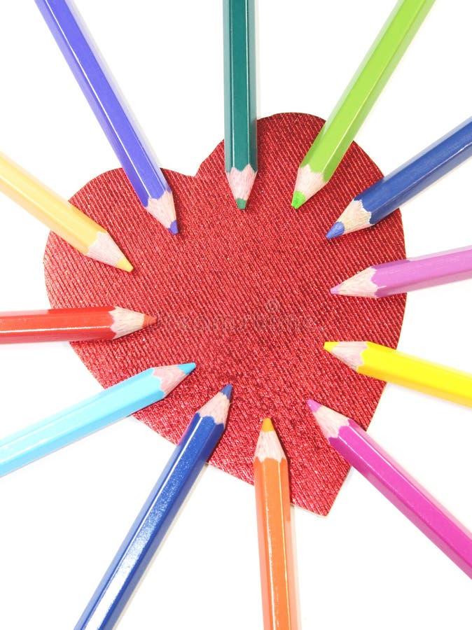 Kleurenpotloden met hart stock afbeelding