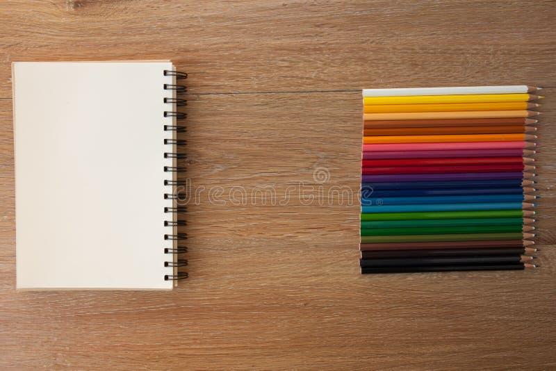 Kleurenpotloden met notitieboekje royalty-vrije stock afbeeldingen