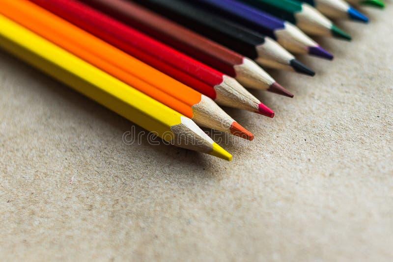 Kleurenpotloden op ambachtsdocument stock foto's