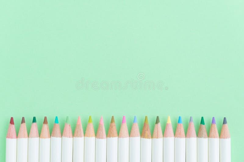 Download Kleurenpotloden Op De Achtergrond Van Het Pastelkleur Groenboek Met Exemplaar Ruimteu Stock Afbeelding - Afbeelding bestaande uit gradatie, bureau: 107708149