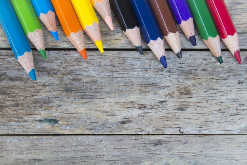 Kleurenpotloden op houten plank royalty-vrije stock foto's