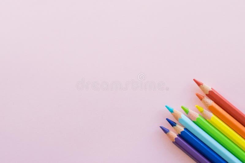 Kleurenpotloden op roze achtergrond, exemplaarruimte Bureaulevering, terug naar school royalty-vrije stock foto's