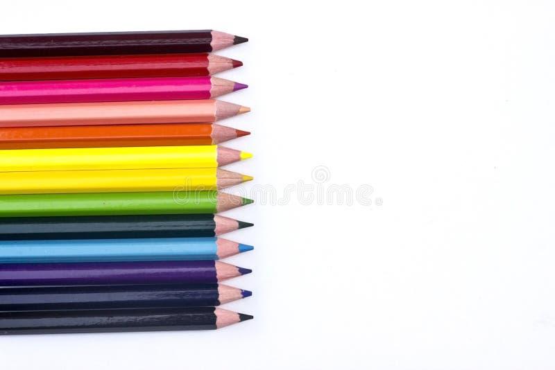 Kleurenpotloden op witte achtergrond royalty-vrije stock afbeelding