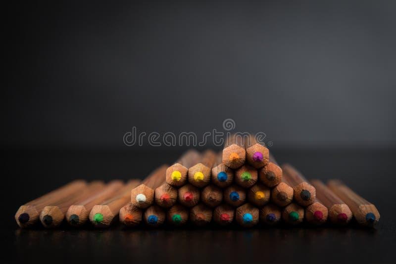 Kleurenpotloden op zwarte lijst royalty-vrije stock foto's