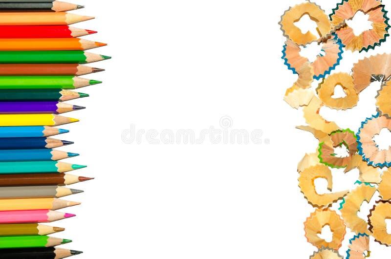 Kleurenpotlood en potlood en spaanders op witte achtergrond stock afbeelding