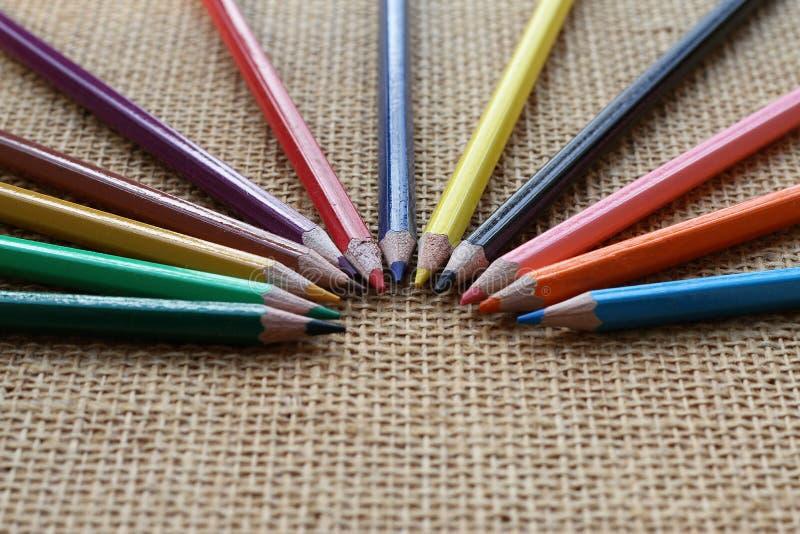 Kleurenpotlood op hennepachtergrond in selectieve nadruk stock fotografie