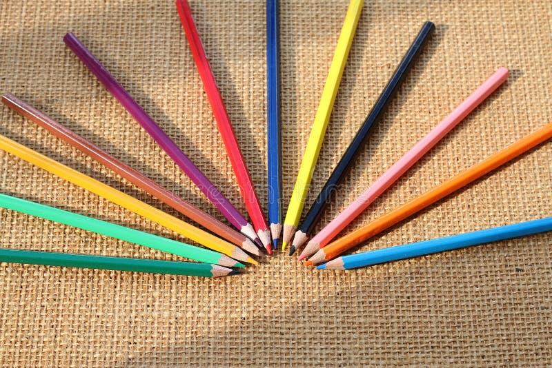Kleurenpotlood op hennepachtergrond in selectieve nadruk royalty-vrije stock afbeelding