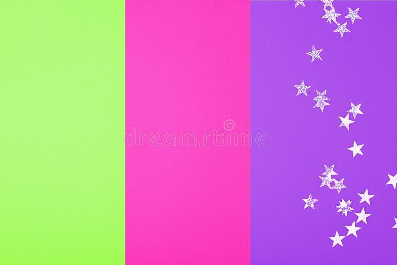 2019 Kleurentendens Een trio van helder neon-gekleurd roze plastiek, groene ufo, protonpurple, gestemde foto Abstracte Bokeh stock foto's
