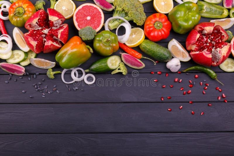 Kleurenvruchten en groenten op witte achtergrond Vers voedsel inzameling stock foto's