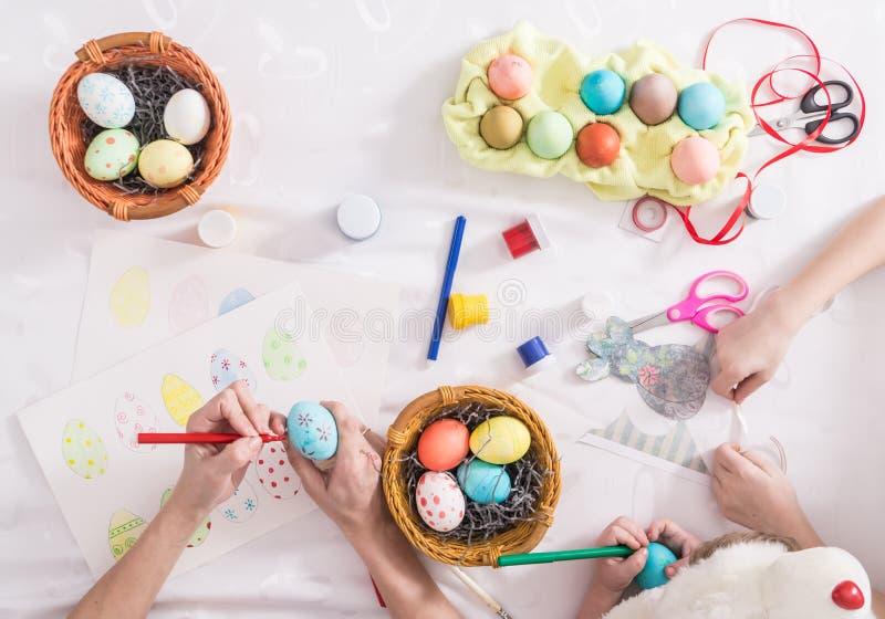 Kleuring van eieren voor de Pasen-vakantie stock foto's