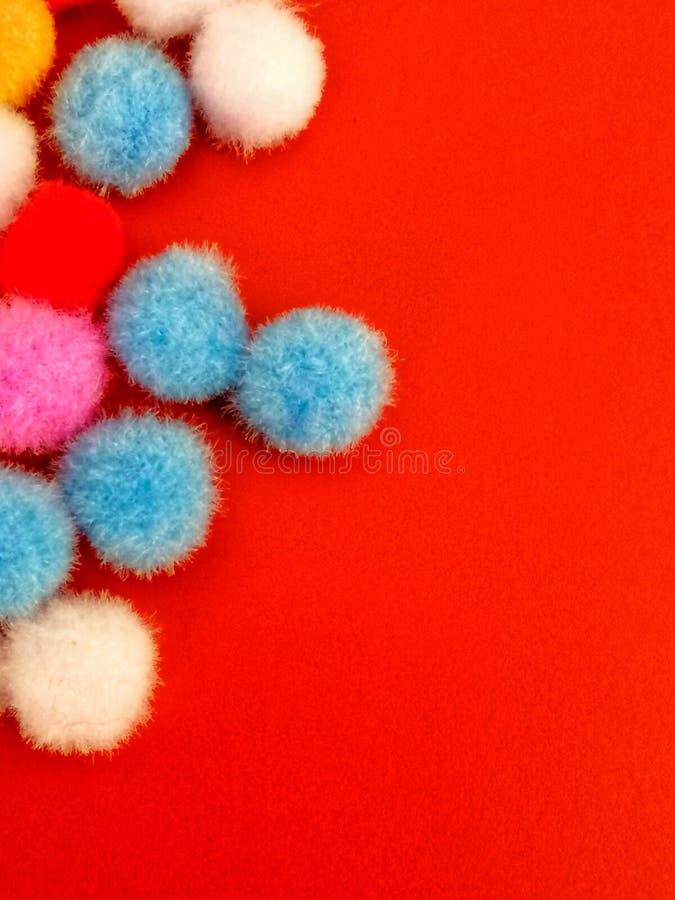 Kleurings katoenen ballen op de rode mat, achtergrondconcept royalty-vrije stock fotografie