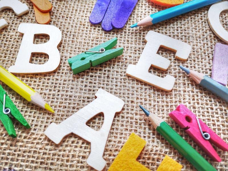 Kleurpotloden en houten brieven stock afbeelding