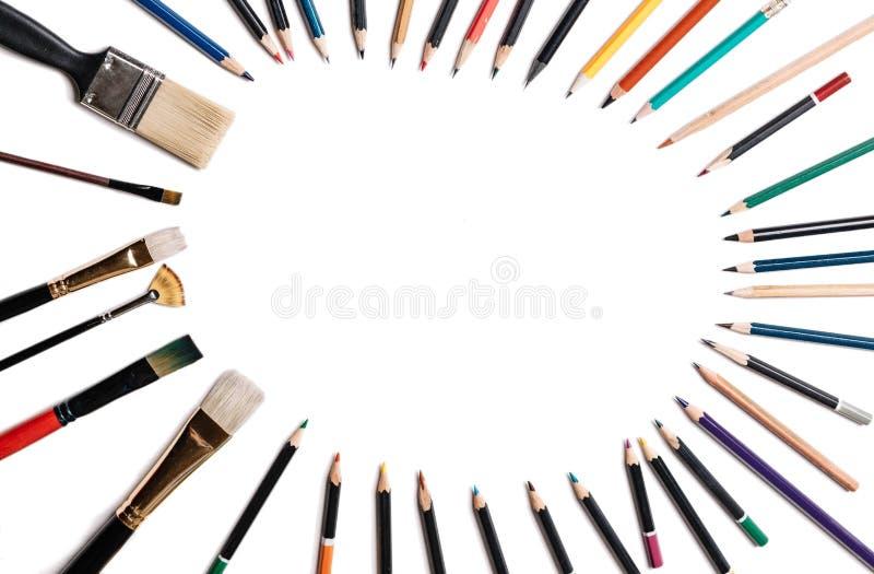Kleurpotloden met leeswijzers die op witte achtergrond worden ge?soleerd Gevoerd in de vorm van een ovaal kader met ruimte voor t royalty-vrije stock afbeeldingen