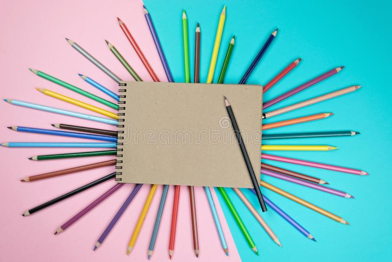 Kleurpotloden, notitieboekjespot omhoog voor kunstwerk royalty-vrije stock afbeeldingen