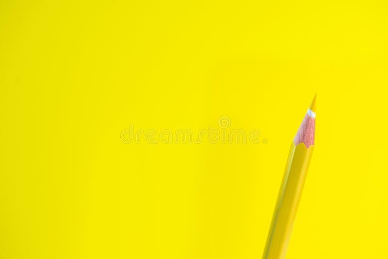 Kleurpotloden op een gele achtergrond met ruimte voor tekst stock foto