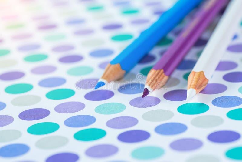 Kleurpotloden op een pastelkleurachtergrond van een punt met ruimte voor tekst royalty-vrije stock foto