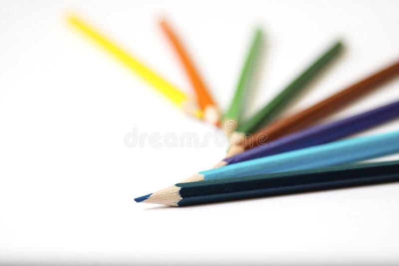 Kleurpotloden op papier royalty-vrije stock afbeeldingen