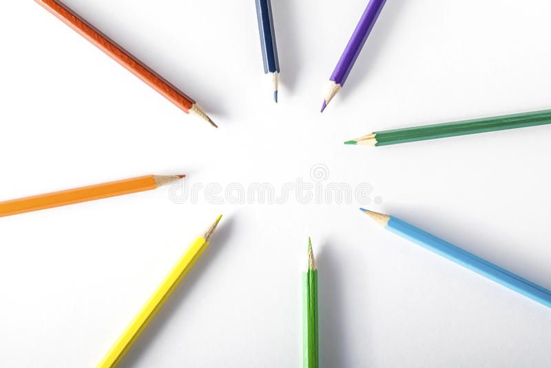 Kleurpotloden op papier stock afbeelding