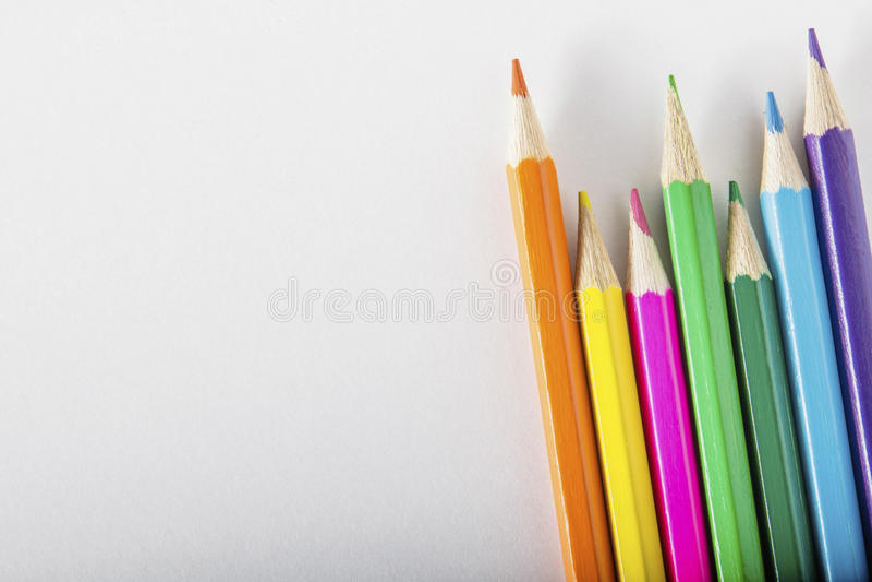 Kleurpotloden op papier stock foto's