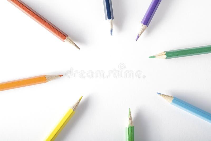 Kleurpotloden op papier stock afbeeldingen