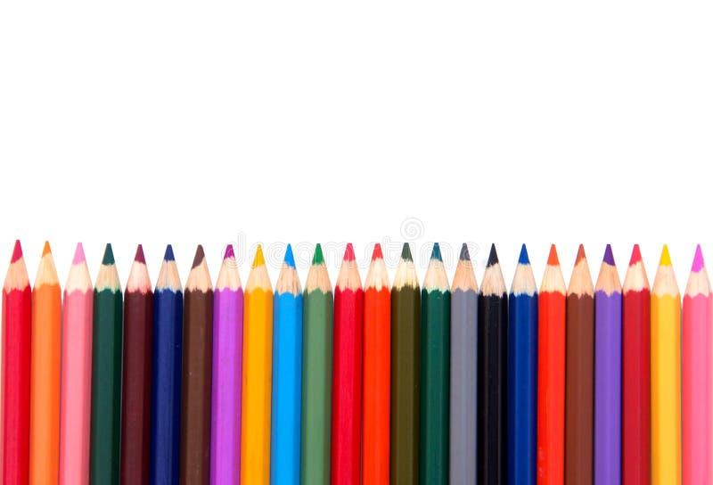 kleurpotloden op witte achtergrond Geplaatste kleuren de potloden, roeien houten kleurenpotloden die op witte achtergrond worden  royalty-vrije stock afbeelding