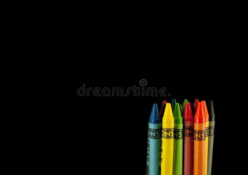 Kleurpotloden op Zwarte royalty-vrije stock afbeeldingen