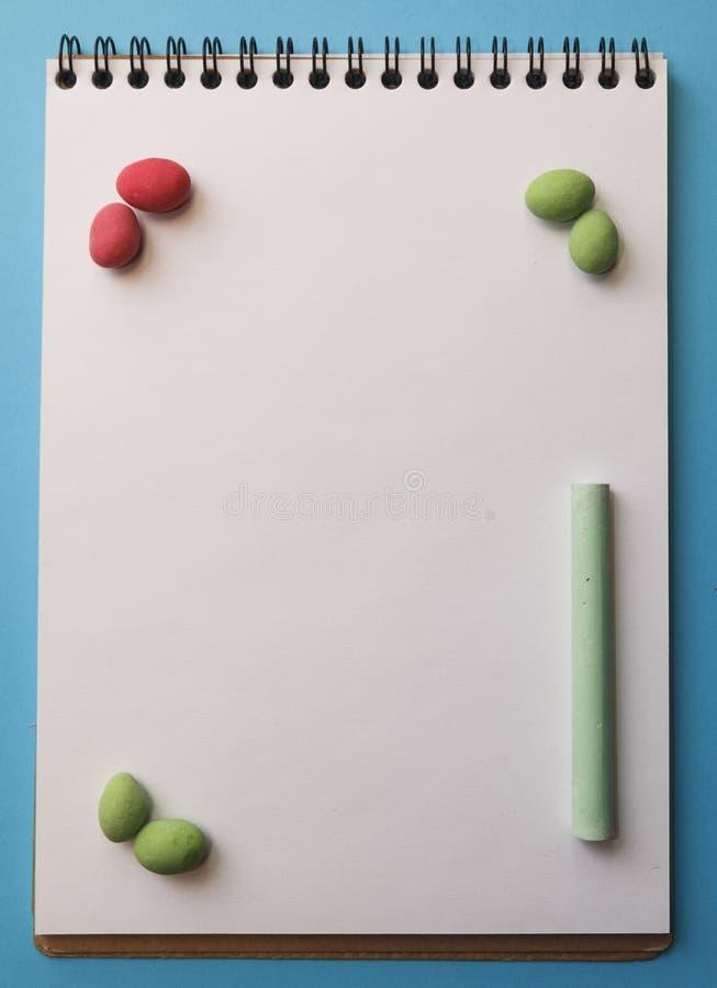 Kleurpotloden, pinda's in gekleurde glans op een wit blad op a stock fotografie