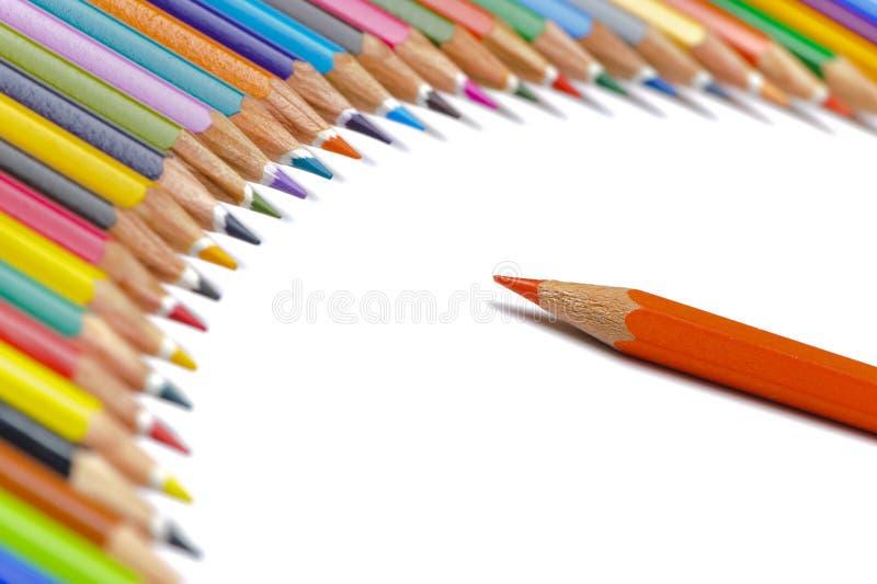 Kleurpotloden in rij als symbool voor team en werkgever stock foto