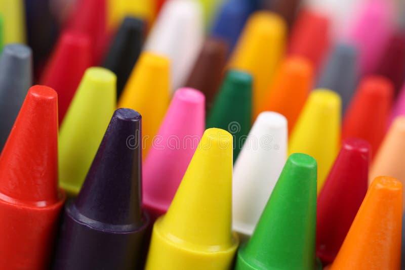 Kleurpotloden voor het schilderen voor kinderen in kleuterschool stock afbeelding