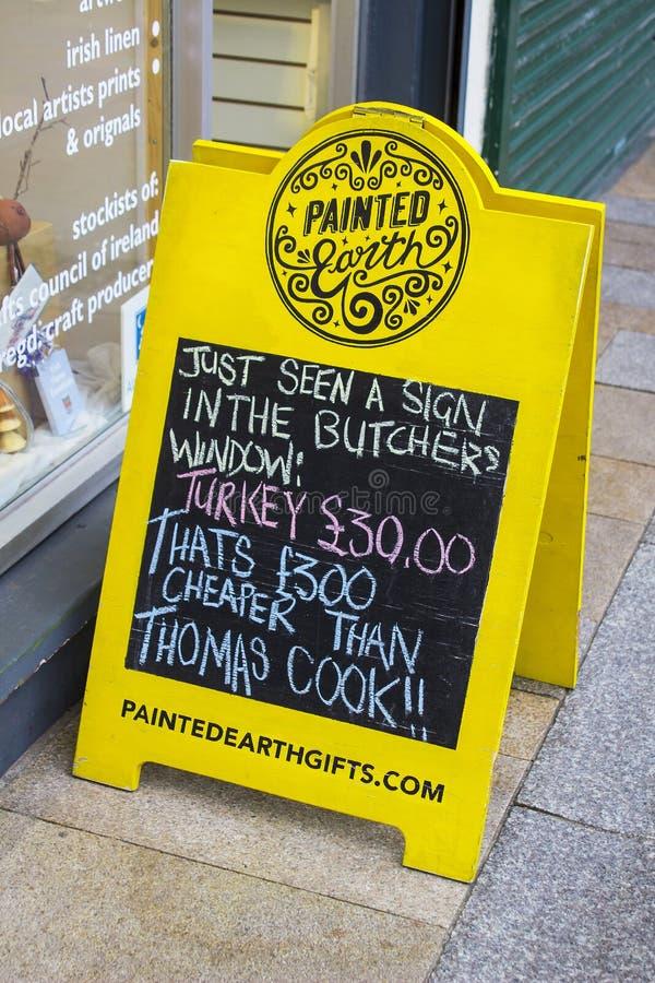 Kleurrijk aan boord van winkelteken op een bestrating in de Provincie van Newcastle stock foto
