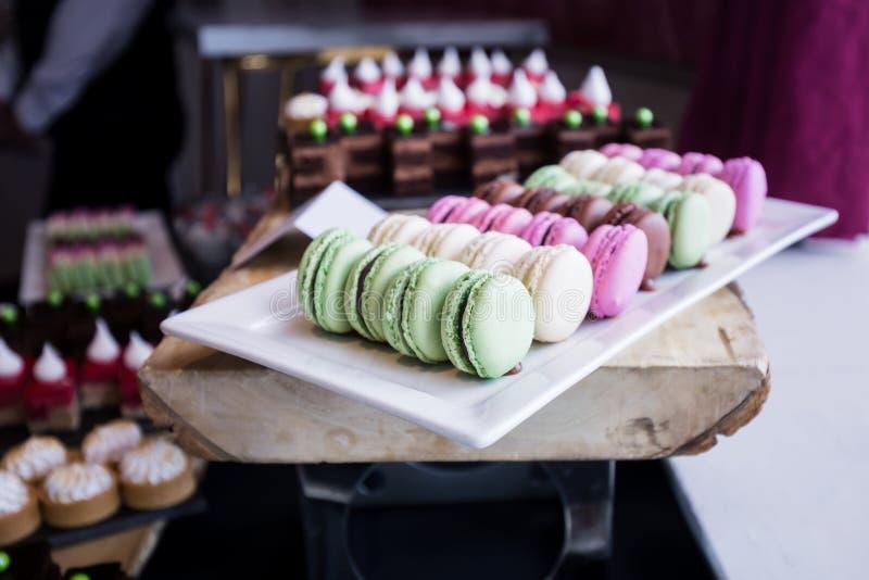 Kleurrijk Assortiment van Macarons op een Dessertlijst stock foto