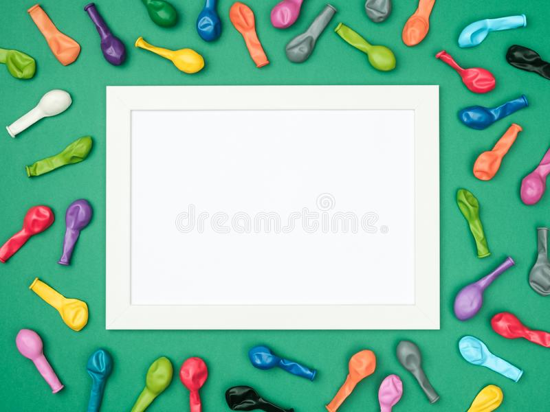 Kleurrijk ballons en kader op kleurrijke hoogste mening als achtergrond Verjaardag of partijmodel royalty-vrije stock afbeeldingen