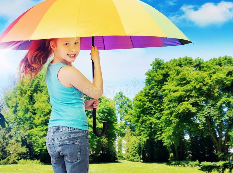 Kleurrijk beeld die roodharigemeisje voorstellen die een paraplu houden stock foto