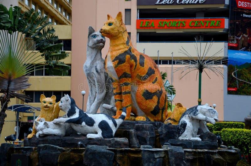 Kleurrijk beeldhouwwerkstandbeeld van vele katten die van Oost- kuching Sarawak Maleisië vertegenwoordigen royalty-vrije stock foto's