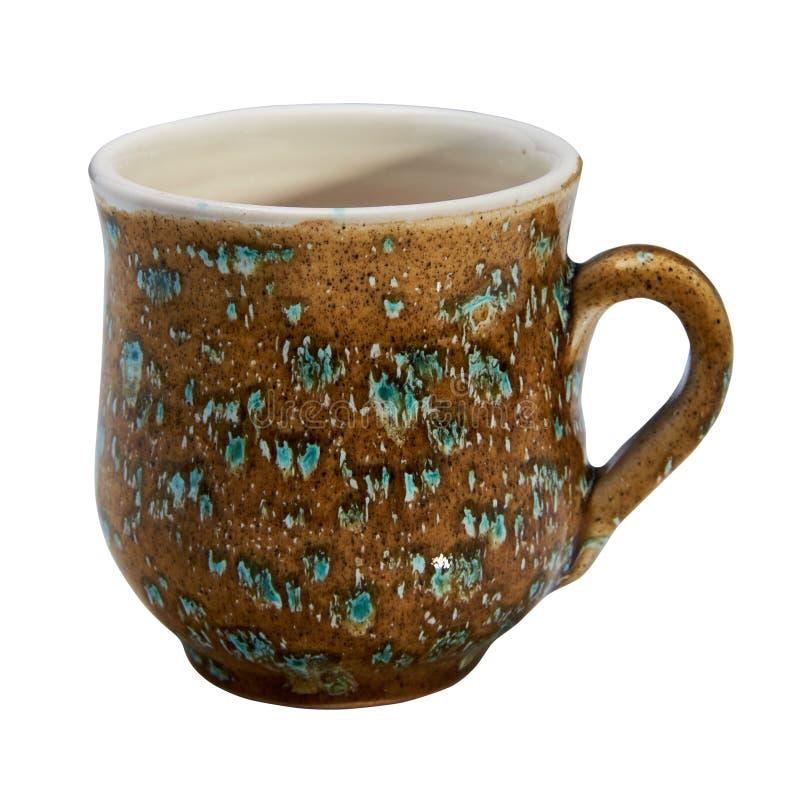 Kleurrijk behandeld met glans ceramische met de hand gemaakte mok Geïsoleerd op a stock afbeeldingen