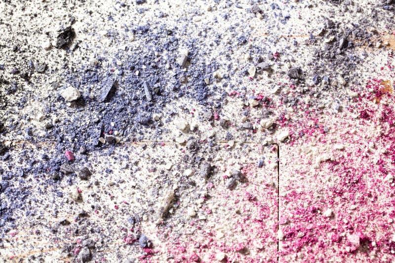 Kleurrijk behang met de verpletterde make-up van de oogmanier op wit hout royalty-vrije stock fotografie