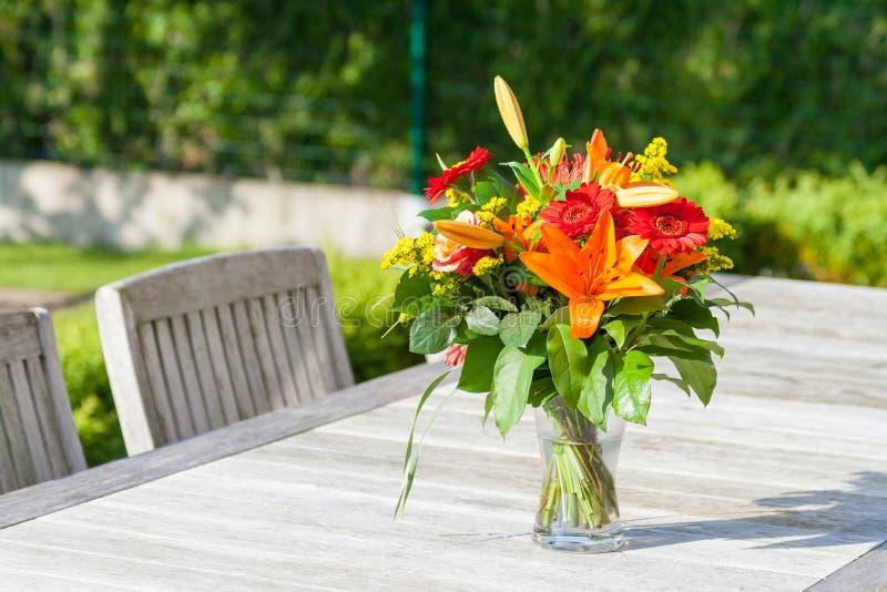Kleurrijk boeket van bloemen op de tuinlijst stock foto's