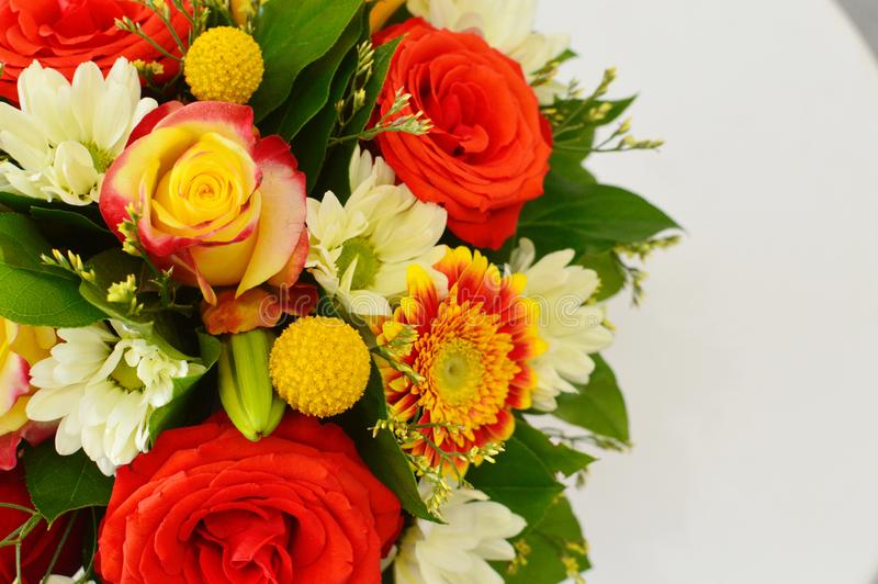Kleurrijk boeket van bloemen in rode schaal stock fotografie