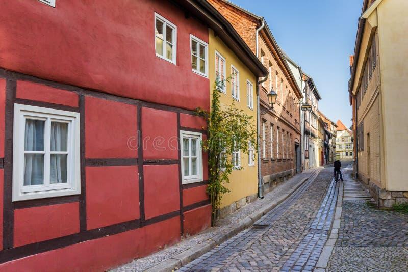 Kleurrijk cobblestoned straat in het oude centrum van Quedlinburg royalty-vrije stock afbeelding
