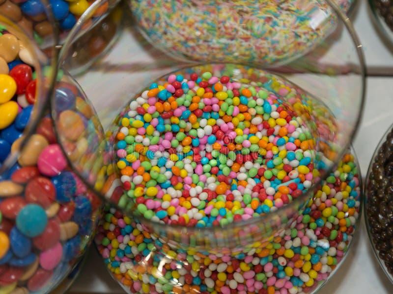 Kleurrijk Confettiensuikergoed binnen Transparante Glascontainer royalty-vrije stock afbeelding