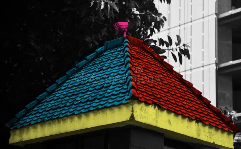 Kleurrijk dak van een veiligheidsruimte met gesloten kringen camera stock afbeeldingen
