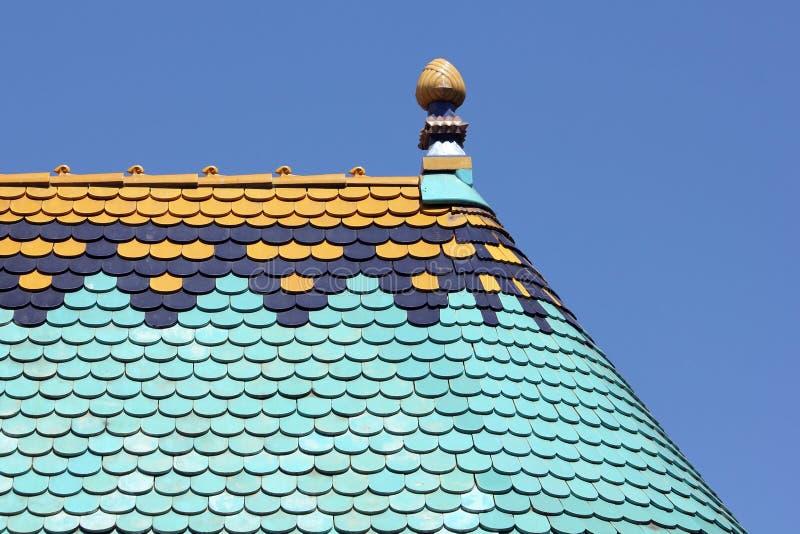 Kleurrijk dakdetail tegen blauwe hemel stock afbeelding