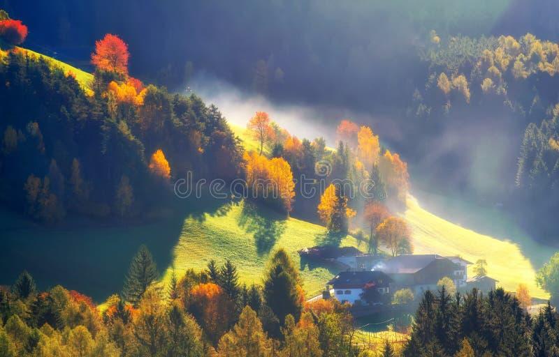 Kleurrijk de herfstlandschap in de bergen, Alpen, Italië stock afbeeldingen