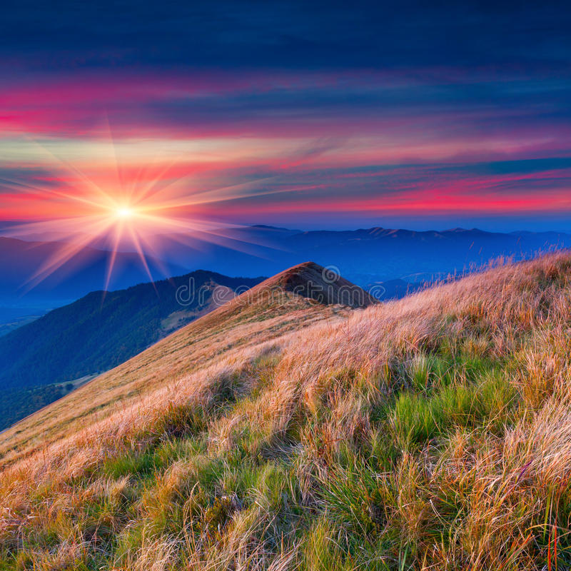 Kleurrijk de herfstlandschap in de bergen stock afbeeldingen