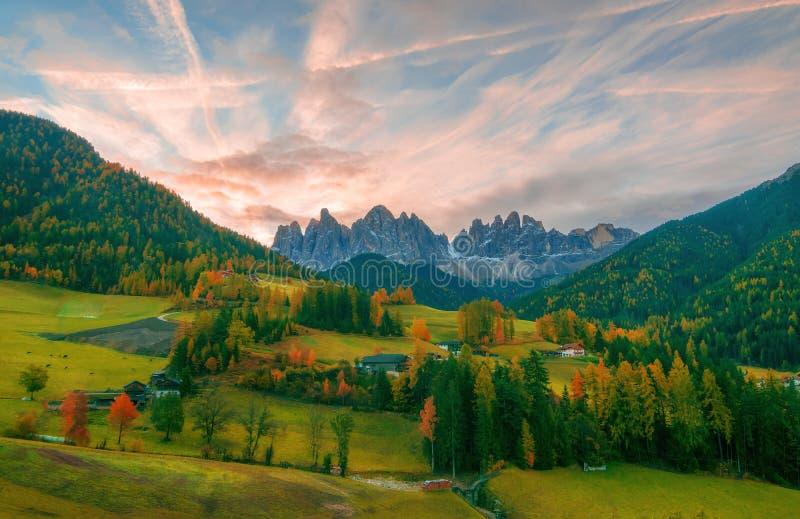 Kleurrijk de herfstlandschap in Santa Maddalena-dorp bij zonsopgang Dolomietalpen, Zuid-Tirol, Italië royalty-vrije stock afbeeldingen