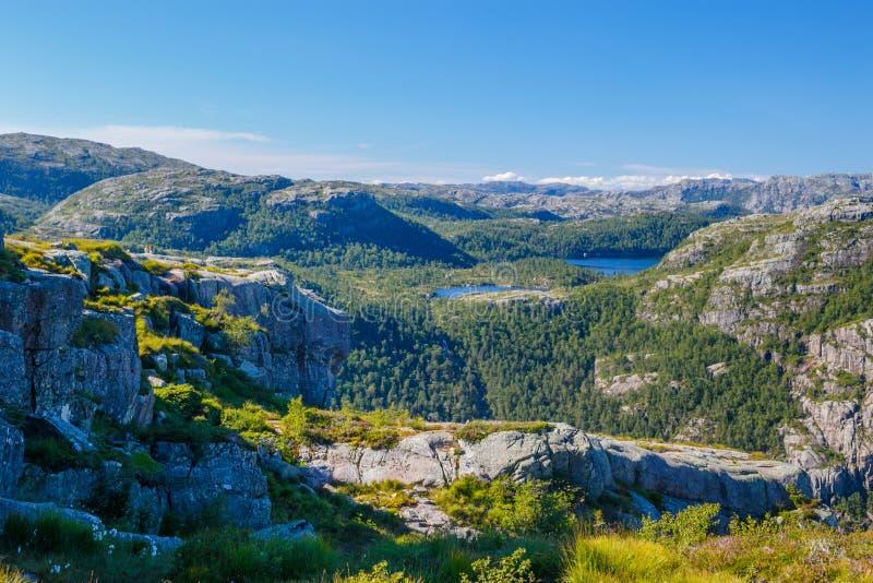Kleurrijk de zomerlandschap in de bergen van Noorwegen royalty-vrije stock foto
