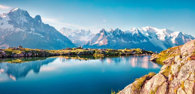 Kleurrijk de zomerpanorama van het meer van Lakblanc met Mont Blanc royalty-vrije stock foto's