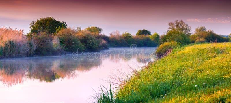 Kleurrijk de zomerpanorama van rivier stock afbeelding