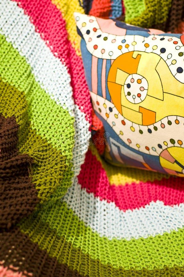 Kleurrijk deken en hoofdkussen royalty-vrije stock foto